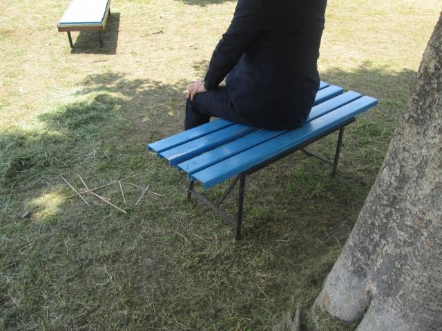 1人でベンチに座る人