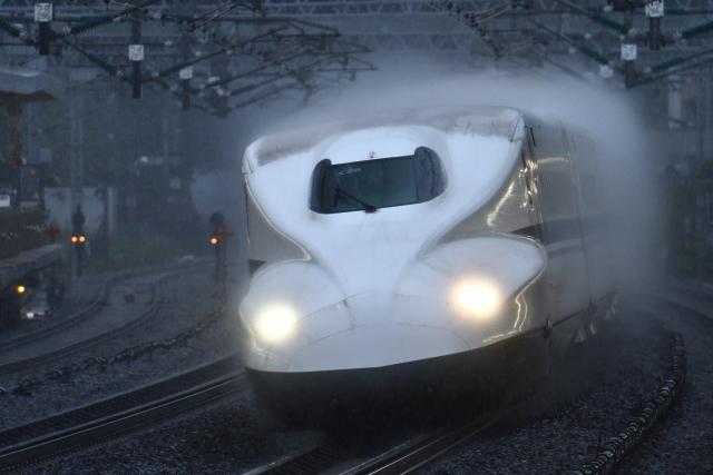 雨の中を走る新幹線