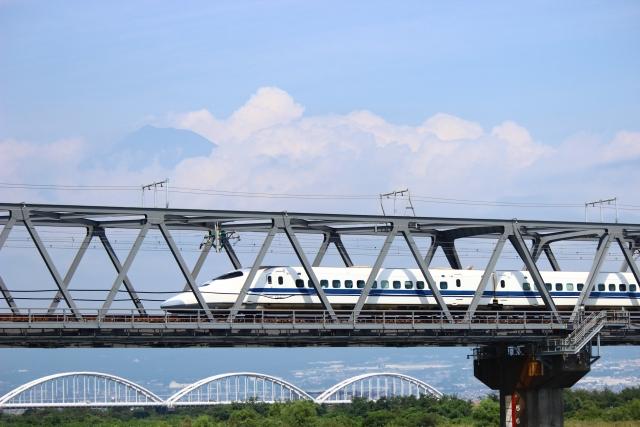鉄橋を渡る新幹線